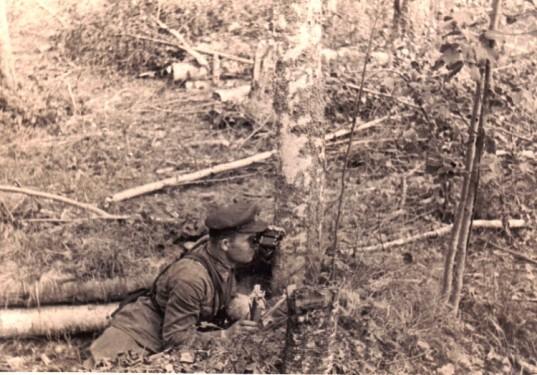 В окопе военком 3 СП 1-й ГДНО майор Ильин Петр Ильич. Август 1941. Район Волосово.
